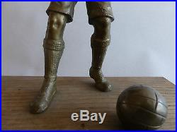 Beau Bronze Football 1900 Art Deco Footballeur Au Ballon Sur Socle En Bois