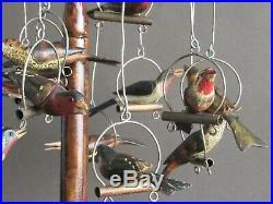 Curieux perchoir décoratif à oiseaux en bois sculpté et peint à la main