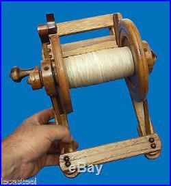 Insolite bobinoir à ficelle en bois de comptoir travail d'école ou d'apprenti