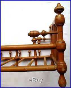 Jouet, Meuble de poupée 1900, Lit à barreaux, bois tourné et cintré, laiton doré