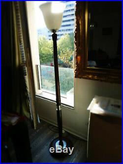 Lampe sur pied années 30 bois. En noyer et étain. Hauteur sur pied 172 cm