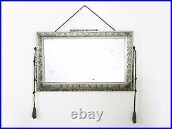 Miroir ciselé Art Déco en bois et stuc argenté, corde à pompon. 64X41 cm