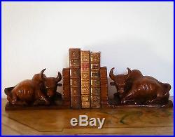 Paire de grands serre-livres en bois sculpté d'époque Art-déco. Superbe patine