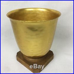 Très Beau Vase Art Déco En Métal Martelé Et Doré Sur Son Socle En Bois